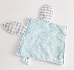 Joli doudou plat avec oreilles de lapin  en tissu motif pois vert d'eau, oreilles tissu vagues gris pâle et dos  en minkee blanc.   Tissus de qualité.  Des rubans en tissu é - 20614089