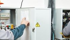 What Are the Factors to Keep In Mind While Choosing an Electrician?