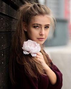 🌸 flower power 🌸 (even in winter😅) ___________________________________ 📷 by (*advertisement)… Girl Photo Poses, Girl Photography Poses, Girl Photos, Film Photography, Flower Power, Estilo Miranda Kerr, Female Character Inspiration, Woman Face, Pretty Face