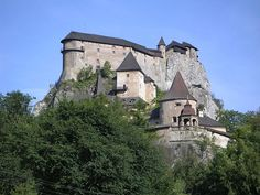 Orava Castle, SLovakia - The castle was built in the Kingdom of Hungary in the thirteenth century. Many scenes of the 1922 film Nosferatu were filmed here, the castle representing Count Orlok's Transylvanian castle. Castle Rock, Castle Ruins, Medieval Castle, Medieval Life, Beautiful Castles, Beautiful Buildings, Globe Picture, Castles To Visit, Ancient Buildings