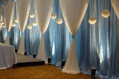 Salão forrado com tecido azul.
