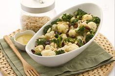 L'insalata di broccoli, cavolfiori e indivia belga è un contorno di verdure servito con un dressing dal sapore molto gustoso.