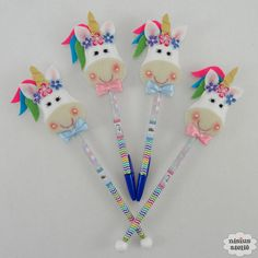 Ponteira de lápis Unicórnio Foam Crafts, Diy And Crafts, Crafts For Kids, Unicorn Birthday Parties, Unicorn Party, Pen Toppers, Unicorn Halloween, Unicorn Pattern, Unicorn Crafts