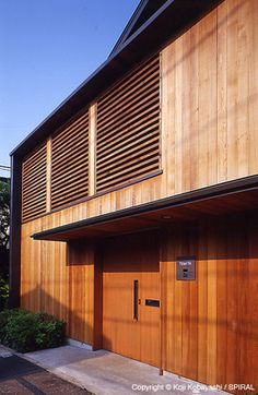木のルーバーと引き戸の玄関