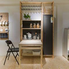 Un meuble de cuisine ultra complet. Cet élément de cuisine combine tous les éléments pour optimiser parfaitement la pièce. Des étagères, un armoire esprit casier et une table susceptible d'accueillir 3 personnes. La vraie bonne idée de cet élément c'est cette table pliante qui se relève dès qu'on n'a plus besoin d'elle. Un élément qui risque de faire des merveilles dans un petit espace !