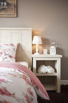 Houten nachtkastje van steigerhout Bestel 'm ook bij Stoereplanken.nl Klik gelijk door voor nog veel meer stoere houten meubels!