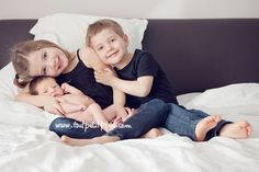 Great advice for photographing newborns with siblings via clickinmoms!