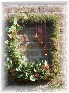 Kerstdecoratie - frame lijst bekleed met mos en blad versierd met kerstballen en bessen (hier hangend maar ook mooi op een standaard)