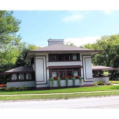 In Mason City, IA sits the Stockman House designed in 1908 by Frank Lloyd Wright. The Stockman House was one of Wright's prairie School homes. #buildingsarecool #savingplaces #IA365 #iowaarchitecture #midwestarchitecture #masoncity #franklloydwright #iowa #historicpreservation #oldhouselove #archi_ologie #archidaily #praireschool #traveliowa