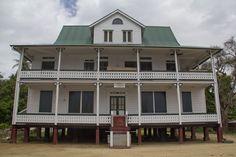 Totnes, Suriname, staatslogeer gebouw.
