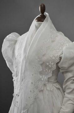 Fichu à double pointe, linon brodé, 1825-1835. Linon brodés main, bordé d'une…