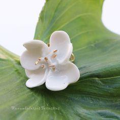 Bague porcelaine et émail or, quand les fleurs parent les mains des belles dames, elles deviennent reines Stud Earrings, Plants, Jewelry, Queens, Art Crafts, Porcelain, Flowers, Jewlery, Jewerly