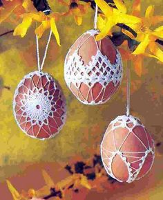 egg ornaments Da fare con ritaglio pizzo +ago e filo Filet Crochet, Crochet Art, Crochet Crafts, Yarn Crafts, Crochet Projects, Diy And Crafts, Crochet Ornaments, Beaded Ornaments, Easter Crafts