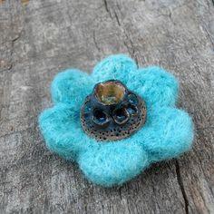 Brož /Brooch /Spilla. Pečlivě pevně jehlou plstěná brož s keramickým kabošonem.  rozměr cca 4x4cm.  Materiál: plsť, keramika, rouno, ceramics,Vlna,Wool,Lana Stud Earrings, Floral, Flowers, Handmade, Jewelry, Hand Made, Jewlery, Jewerly, Stud Earring