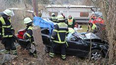 Drei Schwerverletzte - Auto kracht gegen Baum
