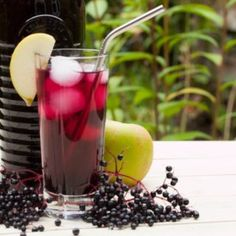 This elderberry cordial uses apples to add a nice, crisp aftertaste to your drink. It is packed with vitamin C and anti-oxidants. Chia Seed Smoothie, Avocado Smoothie, Sweet Watermelon, Watermelon Lemonade, Refreshing Drinks, Summer Drinks, Ham And Potato Recipes, Freeze Avocado, Crispy Sweet Potato