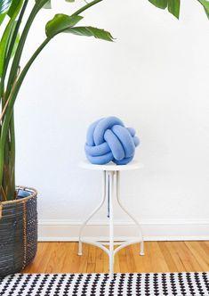 Home Decor DIY's : DIY knot pillow by Sugar & Cloth, an award winning DIY, recipes, and home decor . Knot Pillow, Diy Mode, Diy Inspiration, Diy Holiday Gifts, Diy Pillows, Sewing Pillows, Cushions, Throw Pillows, Decorating Blogs