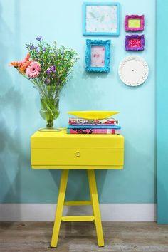 Design the small hallway – 25 stylish interior design ideas flur gestalten gelbe kommode blaue wand - Mobilier de Salon Colorful Decor, Colorful Interiors, Decorating Your Home, Diy Home Decor, Decorating Ideas, Decorating Websites, Interior Decorating, Diy Casa, Make A Table