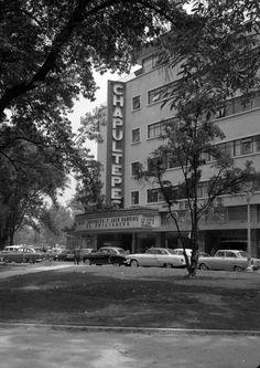 El famoso Cine Chapultepec en la década de los cincuenta; ubicado en el 505 del Paseo de la Reforma, casi al cruce con Río Ródano, fue diseñado por Charles S. Lee en 1944. Hoy su lugar es ocupado por la Torre Mayor. Los autos, de colección.