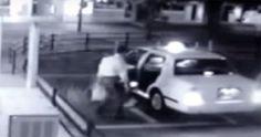 Este hombre está a punto de entrar en un taxi Ahora mira de cerca lo que aparece detrás de él #viral