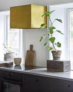 Boliggalleri: Landlig idyl med kineseri   Mad & Bolig Minimal Traditional, Kitchen Exhaust, Minimal Kitchen, Minimalism, Ikea, Planter Pots, The Originals, Interior, Room