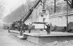 Montage du noyau central sur le socle en béton (1956)