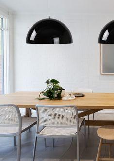 Żyrandol RIVA to nowoczesna lampa wisząca wykonana z wysokiej jakości metalu. Lampa świeci tylko w dół i znajdzie zastosowanie nad stołem w jadalni lub stołem kuchennym. Lampa nadaje się do użytku ze źródłem światła LED i można ją podłączyć pod ściemniacz (brak w zestawie). W serii dostępny także kolor biały oraz miedziany (miedziany także o średnicy 70 cm). Decor, Table, Office Desk, Dining Table, Dining, Home Decor, Desk, Furniture