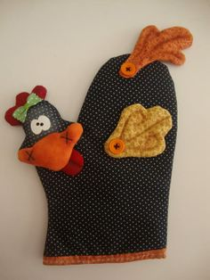 luva-de-cozinha-1 Chicken Crafts, Chicken Art, Sewing Hacks, Sewing Crafts, Sewing Projects, Chicken Accessories, Applique Tutorial, Cute Aprons, Chickens And Roosters