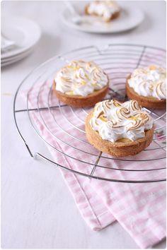 Je crois que la tarte au citron meringuée est devenue ma tarte préférée. J'aime ce mélange doux et acide qui fait chavirer mes papilles. Elle secompose d'