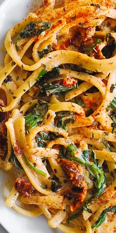 Linguine with Spinach and Sun-Dried Tomato Cream Sauce takes just 30 minutes to make! This simple Italian pasta is a great choice for a weeknight dinner! Linguine is generously coated in a comforting creamy sauce made with Vegetarian Pasta Recipes, Pasta Dinner Recipes, Pasta Dinners, Chicken Pasta Recipes, Cooking Recipes, Healthy Recipes, Bread Recipes, Crockpot Recipes, Soup Recipes