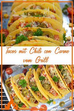 Manchmal muss einfach was feuriges Scharfes auf den Teller, und dazu haben wir uns überbackene Tacos mit Chili con Carne vom Grill gegönnt. Wir lieben Tacos bzw. auch Nachopfannen generell sehr, denn sie lassen sich so wunderbar bunt gestalten und bringen mit den diversen Füllungen und Varianten immer wieder leckere Gerichte hervor. Tacos sind einfach , schnell und super lecker! Ein tolles Fingerfood / Snack für die nächste Grillparty! #aufgetischt #fingerfood #grillen #snack #grillrezept Tacos, Date Night Recipes, Snacks Für Party, Wrap Sandwiches, Teller, Grilling Recipes, Quick Meals, Delish, Beef