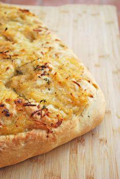 La focaccia de cebolla dulce es un pan plano y esponjoso lleno de sabor