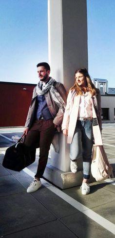 Outfit der Woche! Vivien: Trenchcoat & Bluse: Tommy Hilfiger – Jeans mit offenem Saum: Blue Fire – Printschal: Cartoon – Gürtel: Vanzetti – Rucksack: Herschel // Eduard: Chino & Weste: Marc O'Polo – Hemd mit Stehkragen: Drykorn – Kurzmantel: Cinque – Printschal: Boss Orange – Sneaker: PME Legend – Weekender: Herschel #fashion #ootw