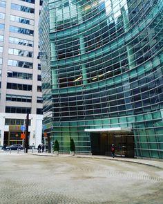 Inspiración desde New York City. La fachada de vidrio cuida el aspecto estético y brinda abundante luz natural al interior del edificio.     #FachadasVentiladas #Arquitectura #Architecture #Arquitectos #Building #ArchitecturePhotography #Design #PhotoOfTheDay #Fachadas #Edificios #Fachada #Design #Inspiration #ArchiLovers #architectureporn #NYC #NewYorkCity #NY #DualSkin #Urbanismo #Sustainability #Sustentable #GlassFacade #Facade     Tus ideas las convertimos en realidad. Visita…
