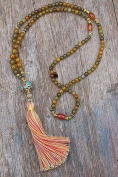 Beautiful agate gemstone mala necklace por look4treasures en Etsy