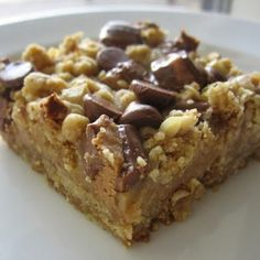 Peanut Butter Oatmeal Dream Bars - These bars are just wonderful! The filling has a nice light peanut butter flavor without being too overpowering or sweet, almost like creamy peanut butter Dessert Dessert Köstliche Desserts, Delicious Desserts, Dessert Recipes, Yummy Food, Recipes Dinner, Bar Recipes, Restaurant Recipes, Copycat Recipes, Detox Recipes