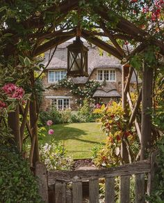 A perfectly English cottage and pristine garden. This scene, captured in Rutland, looks like something straight out of a romantic novel. Layout Design, Rustic Arbor, Country Living Uk, Country Life, Veranda Magazine, Victoria Magazine, Mug Design, Garden Arbor, Garden Path