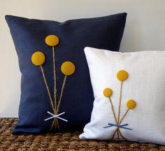Amarelo Billy Bola Pillow buquê de flores na Marinha de linho azul por JillianReneDecor Home Decor queda