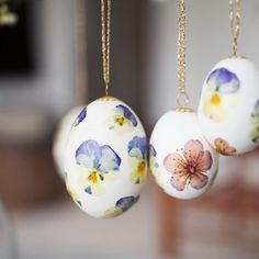 Egg Decorating, Dried Flowers, Cut Flowers, Pansies, Happy Easter, Easter Eggs, Projects To Try, Diy Crafts, Crafty