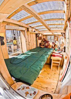 【裏庭の寛ぎスペース】リサイクル材で作った秘密基地的な離れ小部屋   住宅デザイン