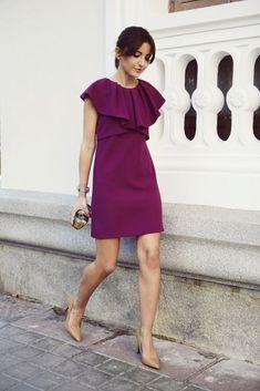 vestido con capelina morado para boda de día. Alquila ya tu vestido en www.lamasmona.com