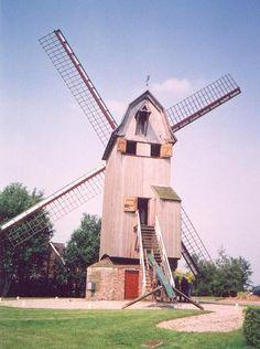LE DRIEVENMEULEN, STEENVOORDE Moulin en bois sur pivot datant de 1774 se trouvant route de Cassel depuis 1901 en provenance de Somain. C'était un tordoir à huile qui a été transformé en moulin pour moudre les céréales par Aimé Dereeper qui était employé au Noordmeulen et voulait se mettre à son compte. Il a été racheté par la commune et remis en état. Le moulin tourne mais ne produit plus de farine. Il est classé à l'inventaire supplémentaire des monuments historiques
