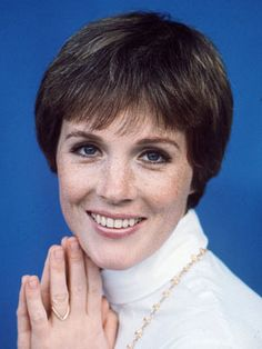 Julie Andrews 1970 Omg i love her jewelry! Classic Actresses, English Actresses, Beautiful Actresses, Celebrities Then And Now, Famous Celebrities, Celebs, Julie Andrews, Child Actresses, Actors & Actresses