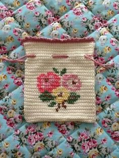 Marvelous Crochet A Shell Stitch Purse Bag Ideas. Wonderful Crochet A Shell Stitch Purse Bag Ideas. Mochila Crochet, Crochet Pouch, Crochet Cross, Crochet Purses, Crochet Home, Love Crochet, Crochet Gifts, Diy Crochet, Crochet Handbags