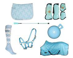 Baby blauw, licht blauw. zadeldek, deken, peesbeschermers, zweep, halster.  http://www.horsecheck.nl/