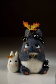 Totoro company with oak sprout. Needle Felt by Russian Artist Christina Shablin (Fetreno). Needle Felted Animals, Felt Animals, Wet Felting, Needle Felting, Pet Anime, Anime Art, My Neighbor Totoro, Cute Toys, Felt Toys