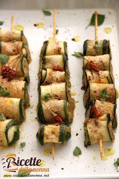 Ricetta involtini zucchine tonno Antipasto, Fish Recipes, Vegetable Recipes, Cooking Recipes, Healthy Recipes, Eggplant Recipes, I Love Food, Finger Foods, I Foods