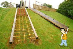 Aprovecha los desniveles del patio escolar para crear ambientes de juego.