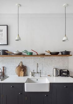 Looking for some ideas for your kitchen organization ideas? When it comes to design, the pantry is really a forgotten spot. We have collected some inspiring hack organization for your modern minimalist kitchen. Kitchen Board, Kitchen Shelves, Kitchen Tiles, Diy Kitchen, Kitchen Storage, Kitchen Design, Kitchen Cabinets, Open Shelves, Kitchen Hacks