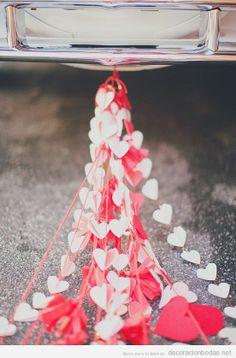 Coche de novios boda con guirnalda de corazones